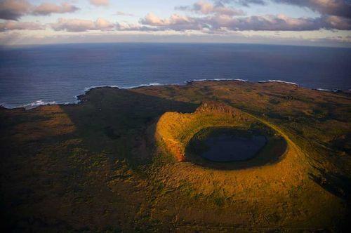 Volcan Rano Raraku dans l'Ile de Pâques, Chili