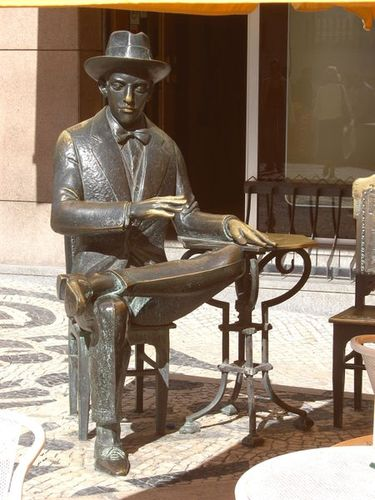 Pessoa sculpture
